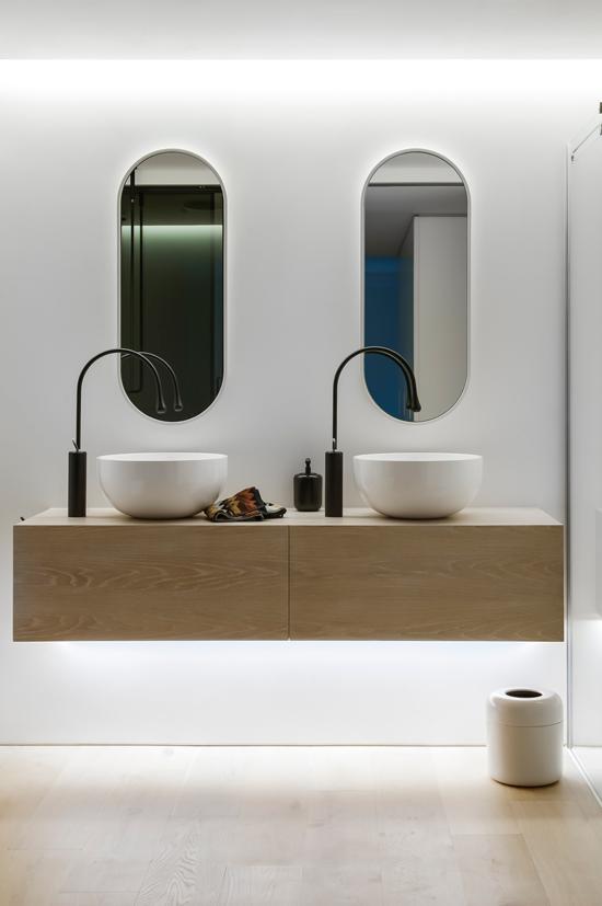 Moderno uređena kupaonica u sklopu spavaće sobe.  MojStan.net