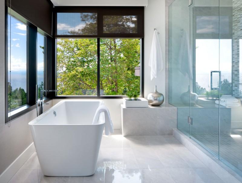 Spavaća soba i kupaonica sa pogledom na zelenu šumu  MojStan.net