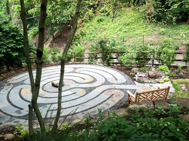 Labirint za meditaciju i razmišljanje u središtu vrta  MojStan.net