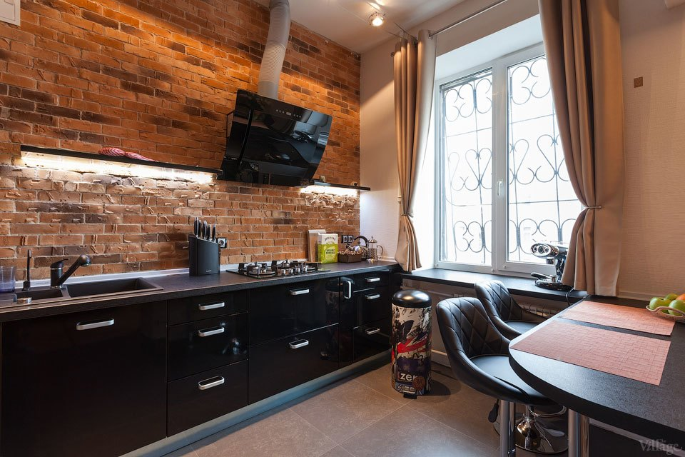 Moderan mladenački stan sa zidovima od klasične opeke  MojStan.net