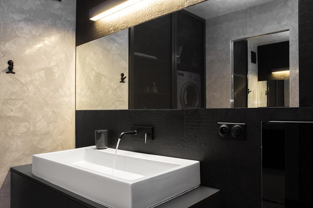 Bijeli zidovi, crni namještaj, žuti i zeleni detalji  MojStan.net