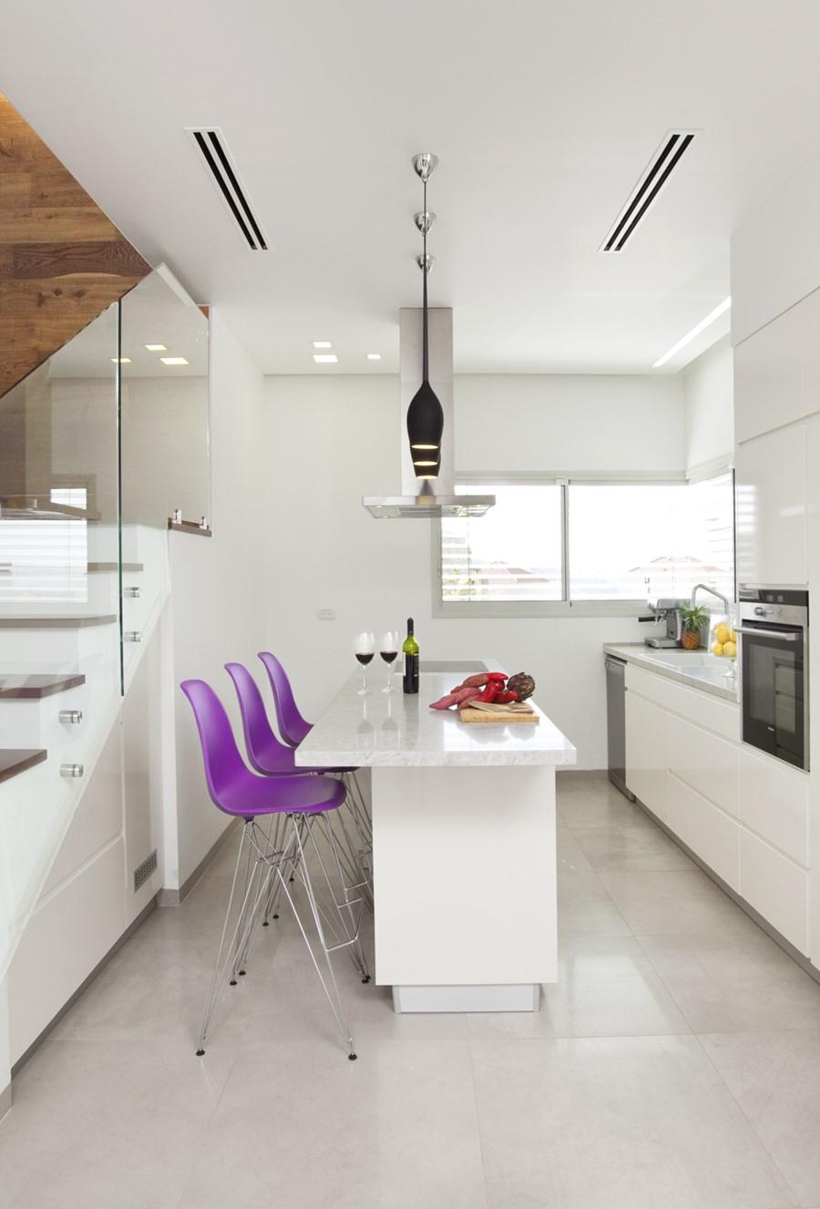 Bijela kuhinja sa ljubičastim barskim stolicama  MojStan.net