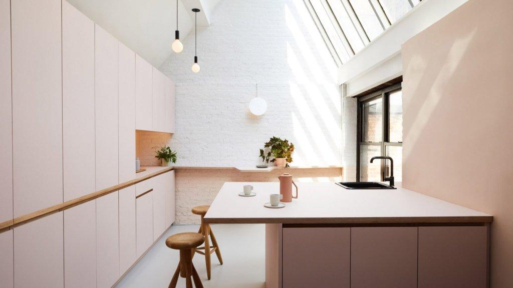 Ured sa ružičastom kuhinjom