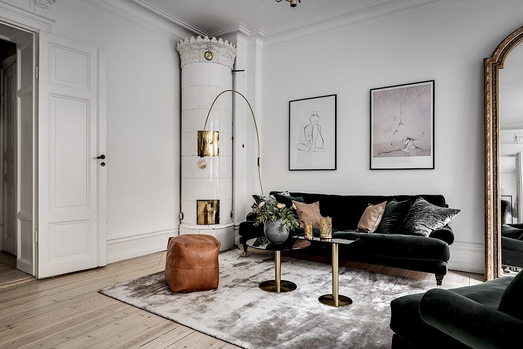 Skandinavski stan sa crnom kuhinjom i zlatnim detaljima