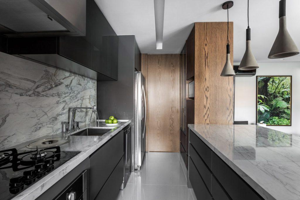 Kombinacija tamnog drva i bijelog mramora u novorueđenom stanu