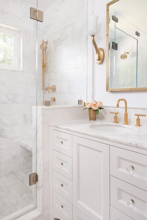 KZlatni detalji i dekoracije u kupaonici