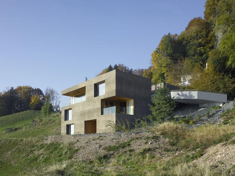 kuća-izvedena-u-kombinaciji-drvai-betona-1