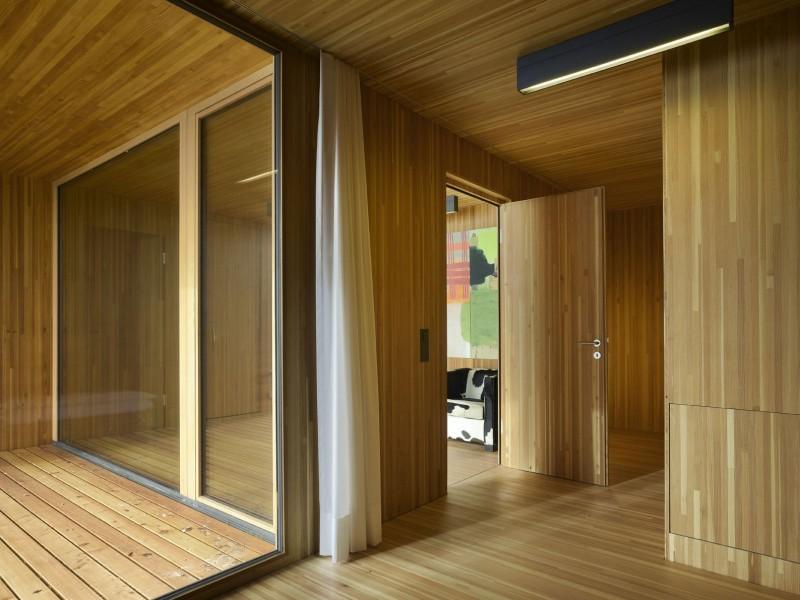 kuća-izvedena-u-kombinaciji-drvai-betona-9