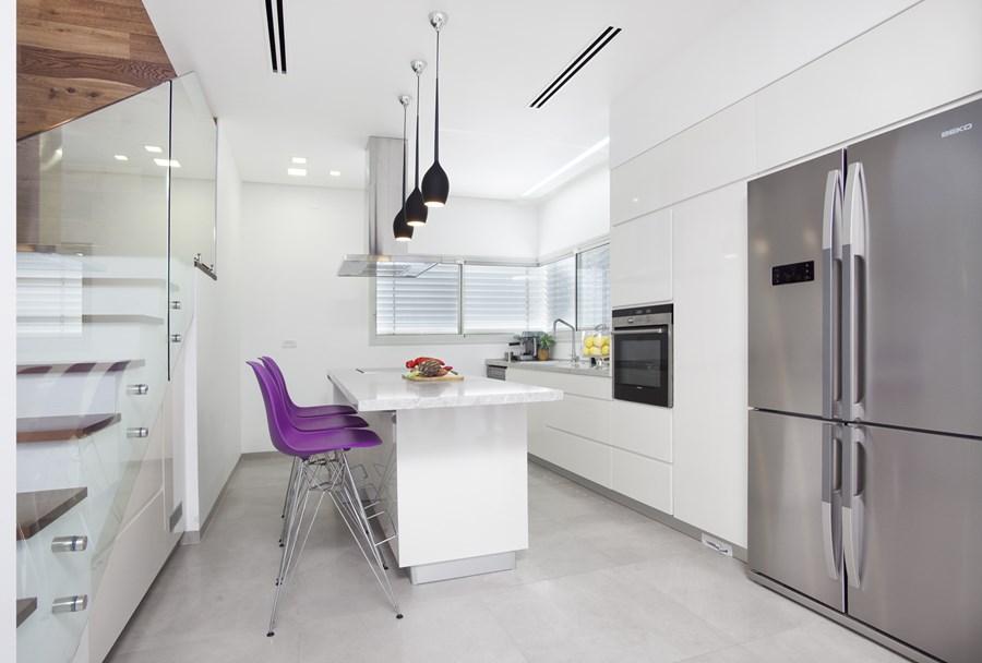 Bijela kuhinja sa ljubičastim barskim stolicama