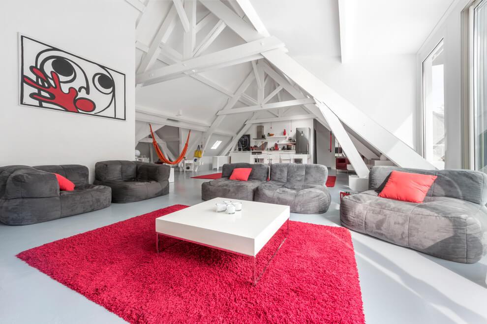 Bijelo potkrovlje sa crvenim dekoracijama