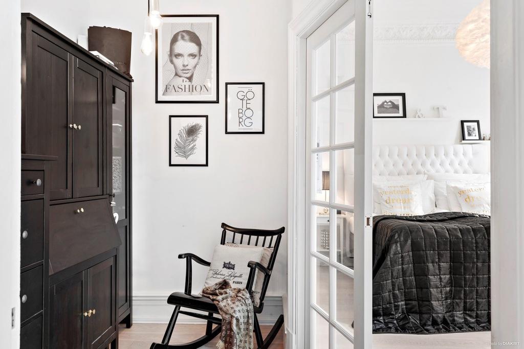 Crno-bijeli stan sa zlatnim detaljima