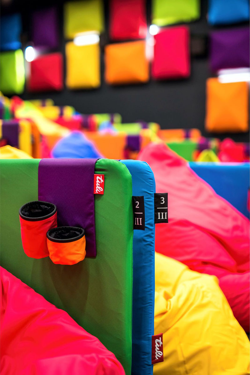 Kino ispunjeno šarenim vrećama za sjedenje