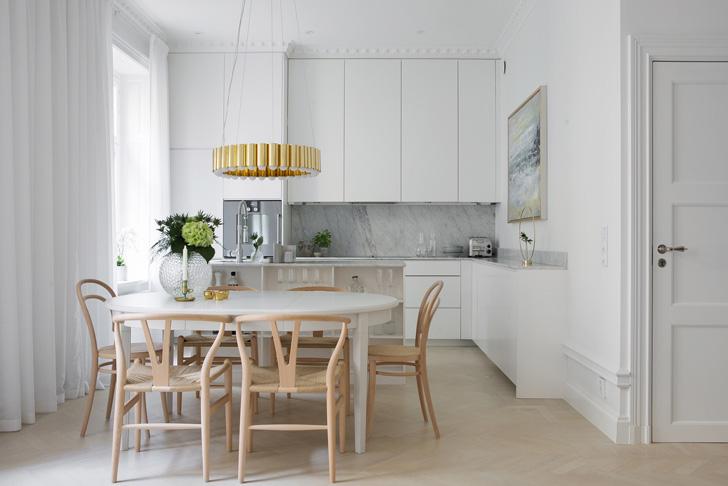 Bijeli skandinavski stan sa zlatnim detaljima