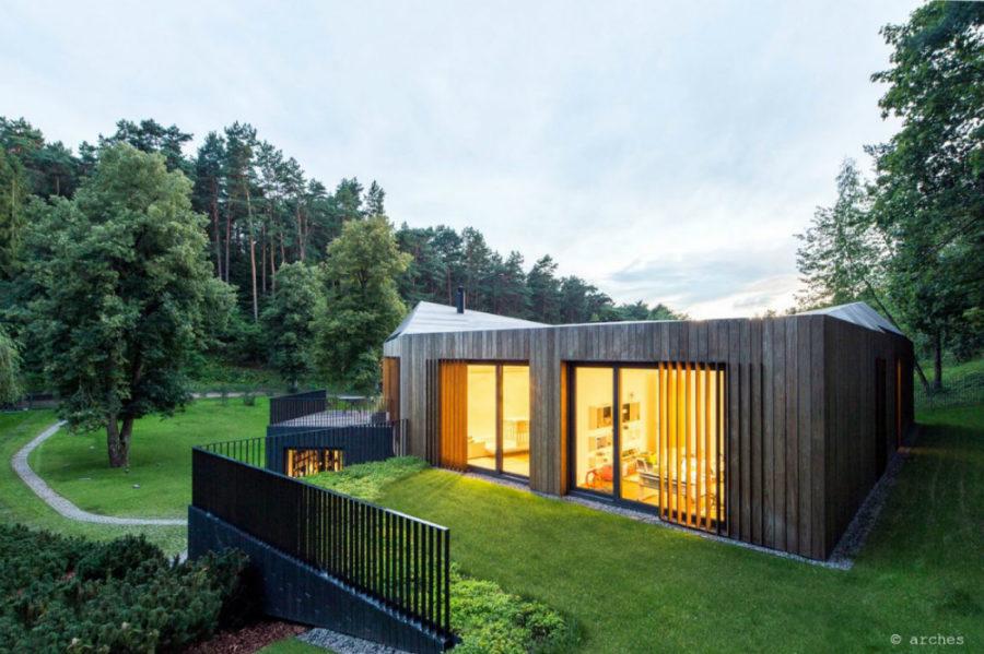 Moderna vila u dolini okruženoj šumom