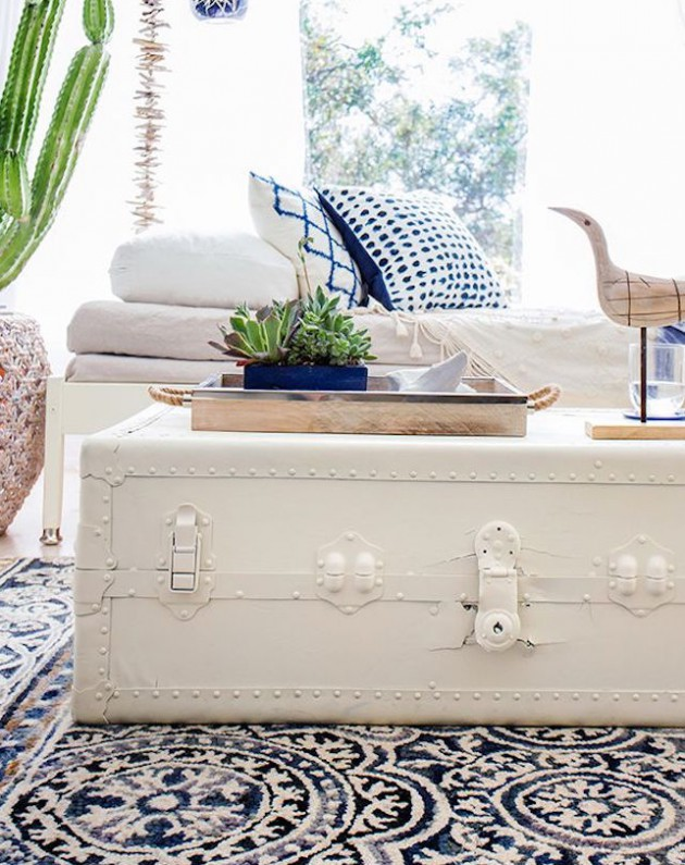 Stari koferi i škrinje kao stolići za dnevni boravak