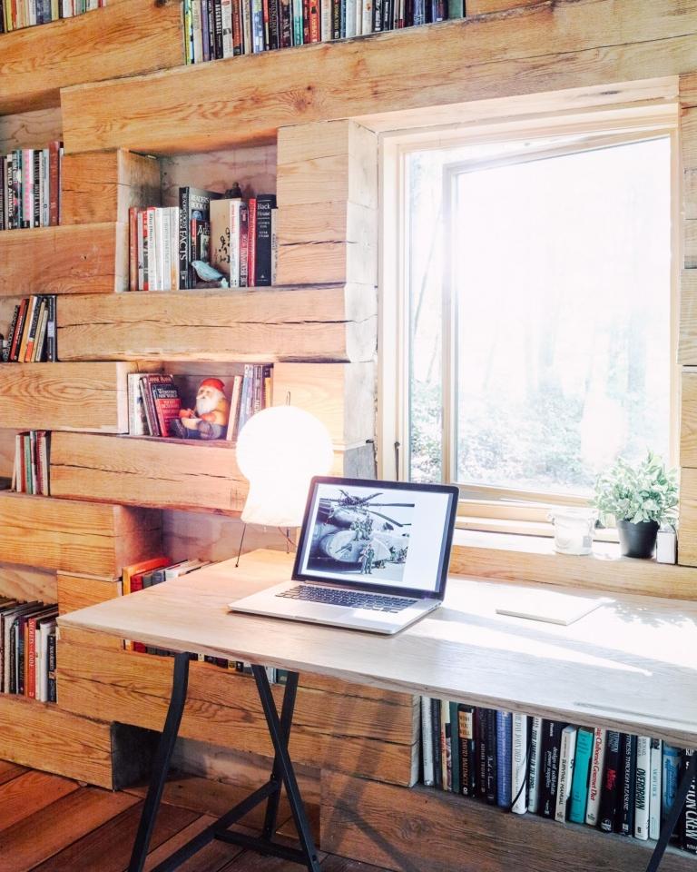 Knjižna oaza okružena šumom i snijegom