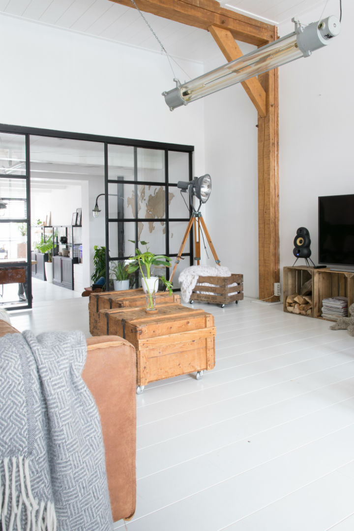 Bijeli interijer sa dodirom industrijskog dizajna