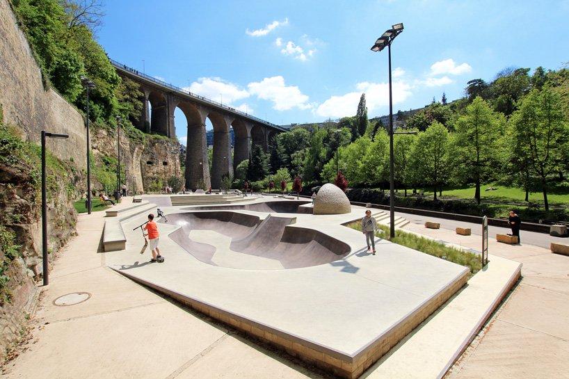 Skate park okružen povijesnim zidinama i zelenom šumom