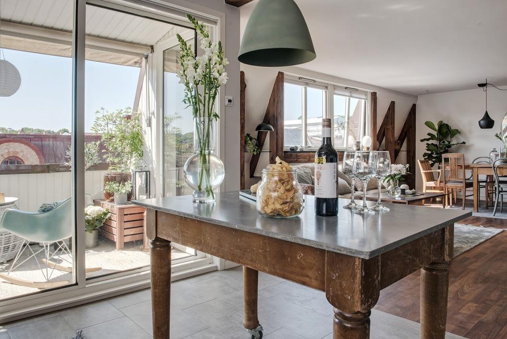 Stari stolovi u novouređenom stanu