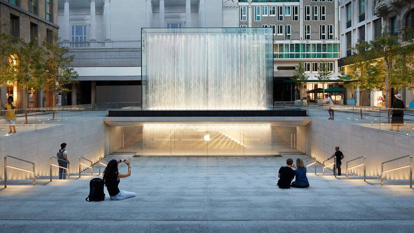 Fontana iznad ulaza u novi Apple Store