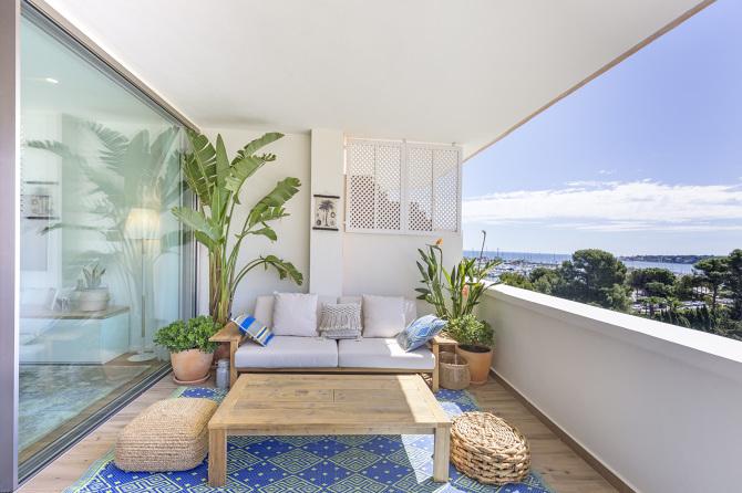 Bijeli stan ispunjen sunčevim zrakama