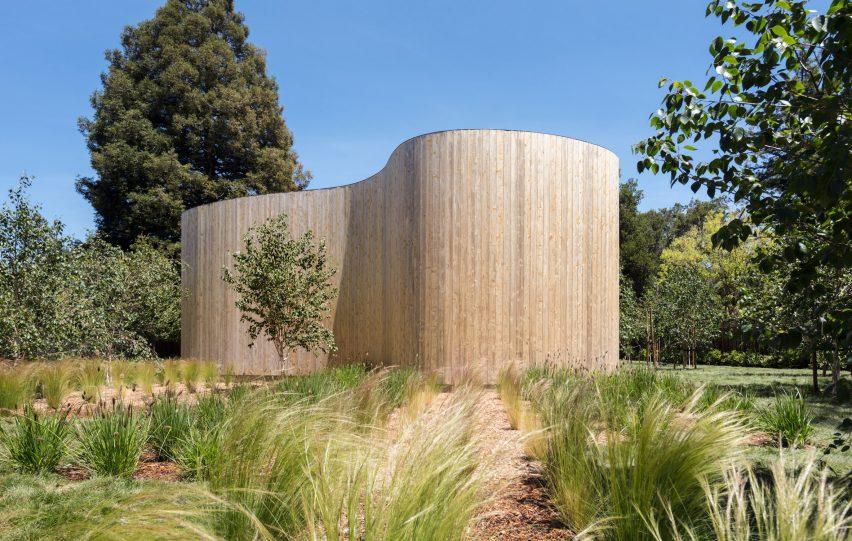 Krivudava ograda-zid i jedna neobična kuća
