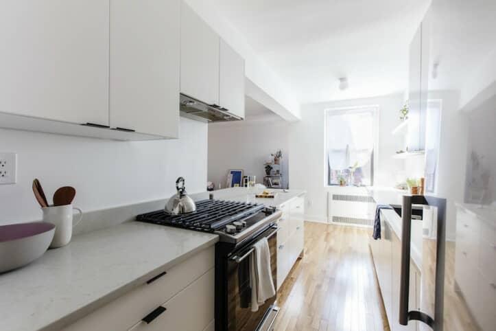 skok iz smeđe u bijelu kuhinju