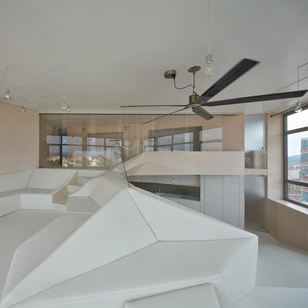Loft 32 - apstraktna kompozicija interijera