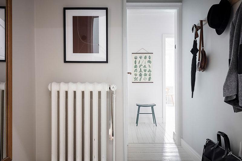 Goli zid od cigle u skladnom skandinavskom stanu