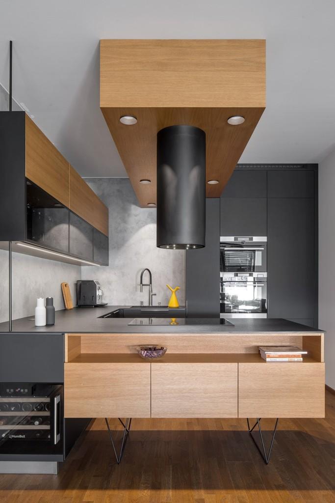 Atraktivna crna kuhinja mladog para