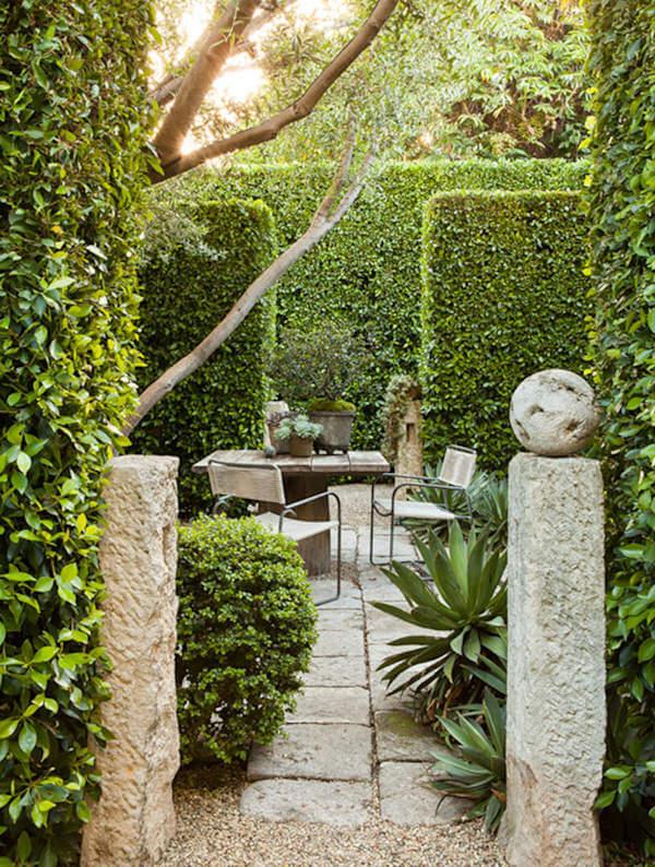 čarobni vrt iza visokih zelenih zidova