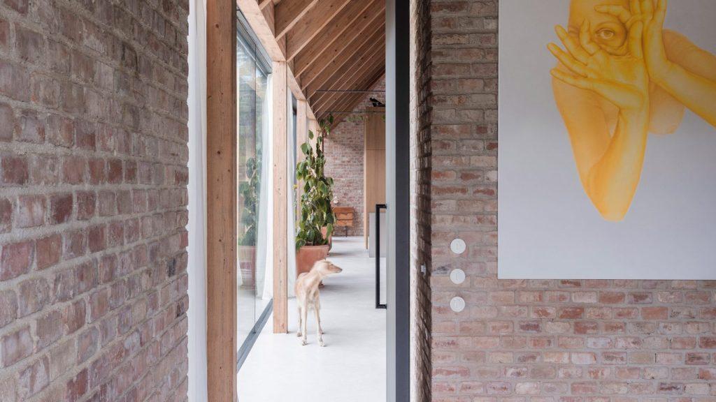 Kombinacija moderne fasade i rustikalnog interijera od opeke - Kuća V