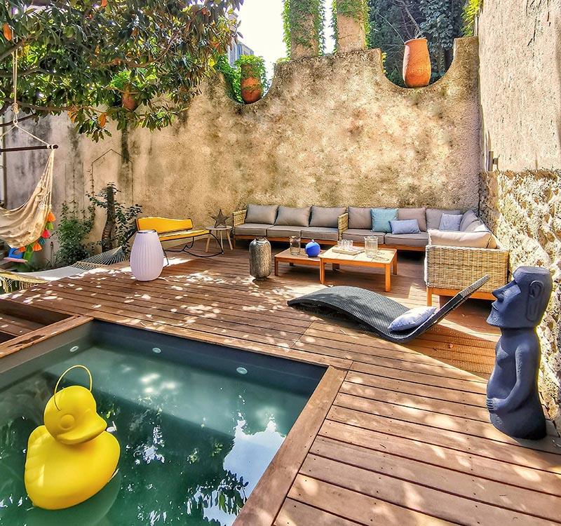 Uzdignuta terasa sa bazenom u stražnjem dvorištu