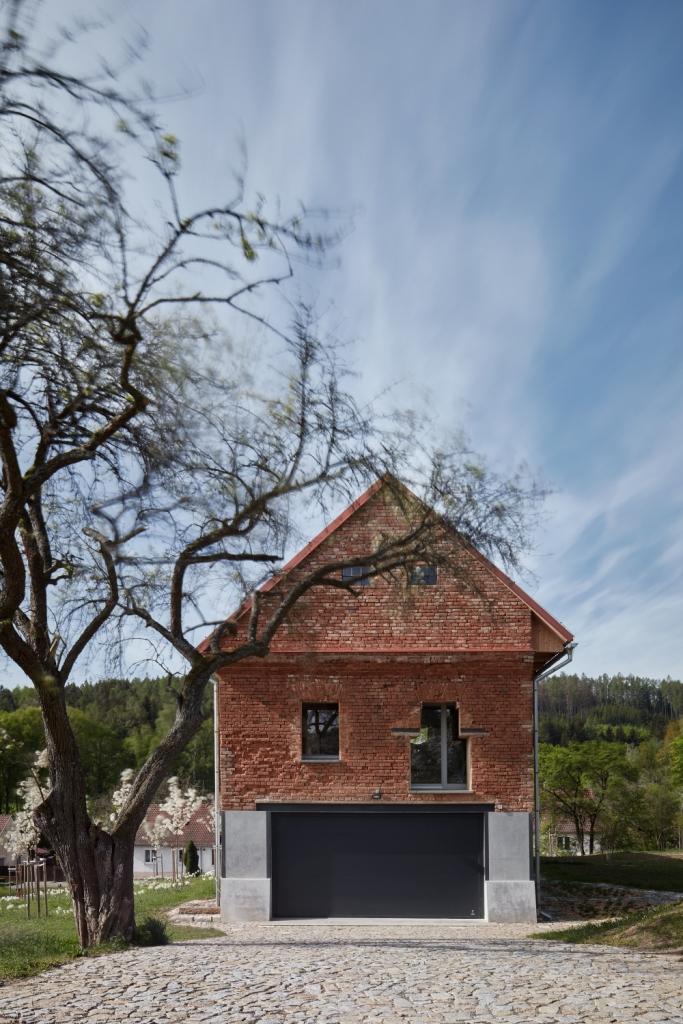 kuća unutar ruševine