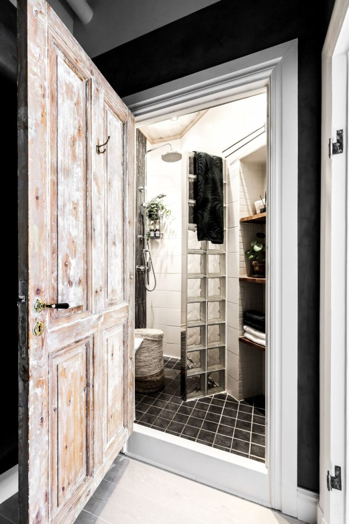 stakleni zid spavaće sobe u stanu površine 44 kvadrata