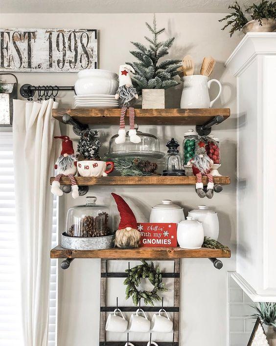 Božične dekoracije na policama
