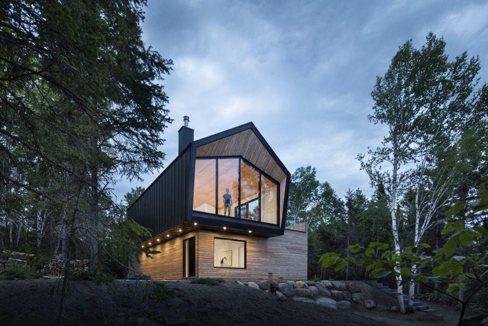 Moderna kuća u šumskom okruženju